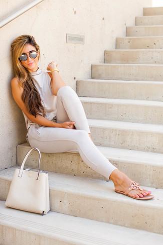 Cómo combinar: blusa sin mangas en beige, pantalones pitillo en beige, sandalias de dedo de cuero marrón claro, bolsa tote de cuero en beige