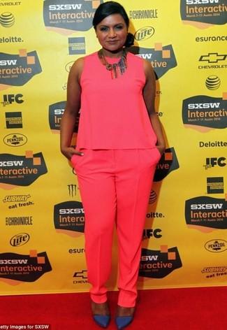 Cómo combinar: blusa sin mangas rosa, pantalón de vestir rosa, zapatos de tacón de cuero azul marino, collar en multicolor