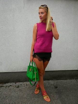 Cómo combinar: blusa sin mangas rosa, pantalones cortos de encaje negros, sandalias de dedo de cuero rosa, bolsa tote de cuero verde
