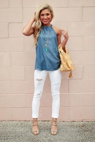 Cómo combinar: blusa sin mangas de cambray azul, vaqueros pitillo desgastados blancos, sandalias de tacón de cuero grises, bolsa tote de cuero marrón claro