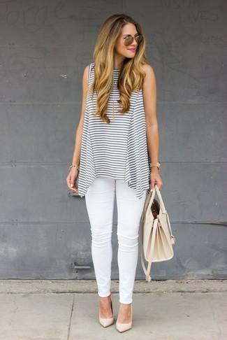 Cómo combinar: blusa sin mangas de rayas horizontales gris, vaqueros pitillo blancos, zapatos de tacón de cuero en beige, bolso de hombre de cuero en beige