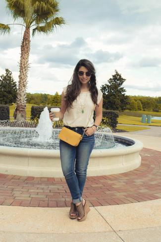 Cómo combinar: blusa sin mangas bordada en beige, vaqueros azules, sandalias con cuña de cuero marrónes, bolso bandolera de cuero mostaza