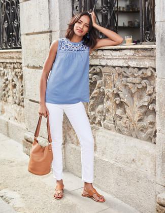 Cómo combinar: blusa sin mangas bordada celeste, vaqueros blancos, sandalias de dedo de cuero marrón claro, mochila con cordón de cuero marrón claro