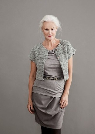 Cómo combinar: bolero gris, blusa de manga corta gris, falda lápiz gris, correa de cuero con print de serpiente gris