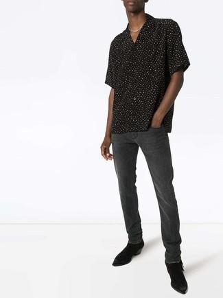 Cómo combinar: camisa de manga corta a lunares en negro y blanco, vaqueros en gris oscuro, botines chelsea de ante negros
