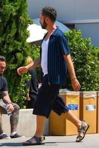 Cómo combinar unas sandalias: Equípate una camisa de manga corta de rayas verticales azul marino con unos pantalones cortos azul marino para una apariencia fácil de vestir para todos los días. Sandalias contrastarán muy bien con el resto del conjunto.