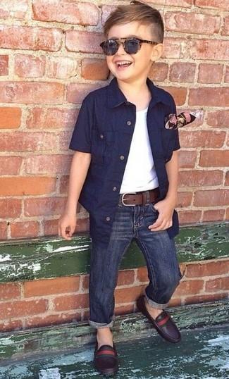 Cómo combinar: camisa de manga corta azul marino, camiseta sin mangas blanca, vaqueros azul marino, mocasín de cuero en marrón oscuro