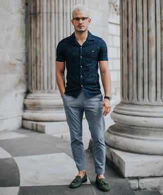 Cómo combinar: camisa de manga corta estampada azul marino, pantalón chino gris, mocasín con borlas de ante verde oscuro, reloj de cuero negro