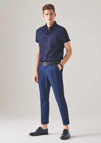 Cómo combinar: camisa de manga corta azul marino, pantalón de vestir azul marino, zapatos derby de cuero azul marino, correa de cuero negra
