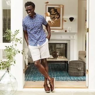 Cómo combinar unos pantalones cortos: Considera emparejar una camisa de manga corta estampada azul marino con unos pantalones cortos para lidiar sin esfuerzo con lo que sea que te traiga el día. Zapatos derby de cuero tejidos marrónes añaden la elegancia necesaria ya que, de otra forma, es un look simple.