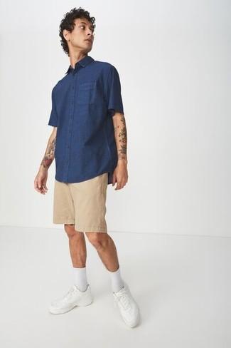 Cómo combinar: camisa de manga corta azul marino, pantalones cortos marrón claro, tenis de cuero blancos, calcetines blancos