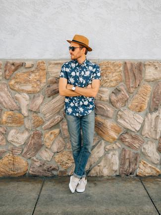 Haz de una camisa de manga corta con print de flores azul marino y un sombrero de paja marrón claro de Esprit tu atuendo para conseguir una apariencia relajada pero elegante. Zapatillas plimsoll en beige son una opción atractiva para complementar tu atuendo.