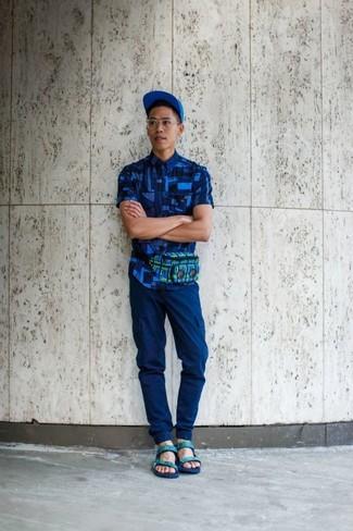 Cómo combinar: camisa de manga corta con estampado geométrico azul, pantalón cargo azul, sandalias de cuero en verde menta, gorra de béisbol azul