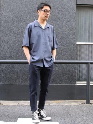 Cómo combinar una camisa de manga corta azul: Considera ponerse una camisa de manga corta azul y un pantalón chino azul marino para conseguir una apariencia relajada pero elegante. Mezcle diferentes estilos con zapatillas altas de lona en azul marino y blanco.