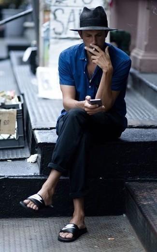Cómo combinar una camisa de manga corta azul: Para crear una apariencia para un almuerzo con amigos en el fin de semana intenta ponerse una camisa de manga corta azul y un pantalón chino negro. ¿Quieres elegir un zapato informal? Complementa tu atuendo con sandalias de cuero estampadas en negro y blanco para el día.
