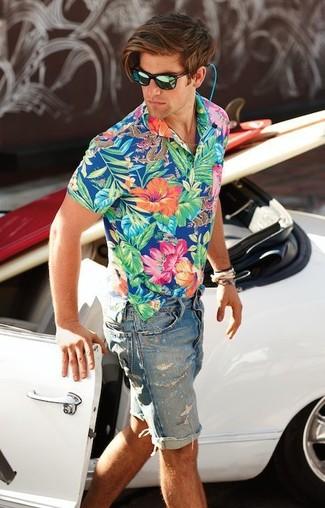 Cómo combinar: camisa de manga corta con print de flores azul, pantalones cortos vaqueros azules, gafas de sol verdes, pulsera dorada