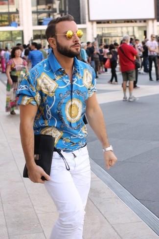 Cómo combinar: camisa de manga corta estampada azul, vaqueros blancos, gafas de sol doradas, reloj plateado