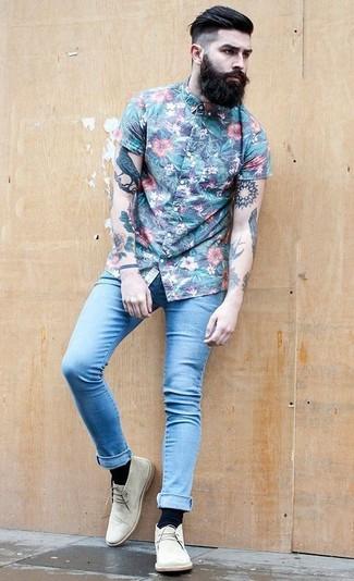 Cómo combinar: camisa de manga corta con print de flores azul, vaqueros pitillo celestes, botas safari de ante en beige, calcetines negros
