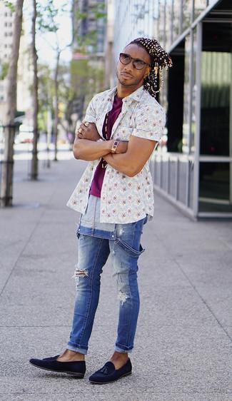 Cómo combinar: camisa de manga corta con print de flores blanca, camiseta con cuello circular morado, peto vaquero azul, mocasín con borlas de ante azul marino