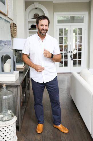 Outfits hombres: Empareja una camisa de manga corta blanca junto a un pantalón chino azul marino para una apariencia fácil de vestir para todos los días. Mocasín de cuero marrón claro son una opción excelente para completar este atuendo.