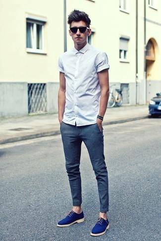 Ponte una camisa de manga corta blanca y un pantalón chino azul para un  look diario
