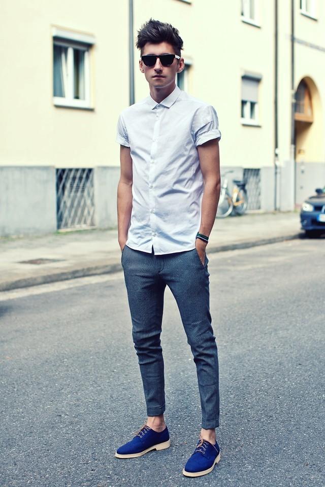 Empareja una camisa de manga corta blanca con un pantalón chino azul para  un look diario