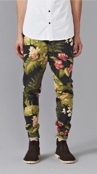 Cómo combinar: camisa de manga corta blanca, pantalón chino con print de flores negro, botas safari de ante en marrón oscuro