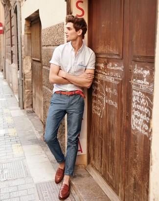 Cómo combinar: camisa de manga corta blanca, pantalón chino en gris oscuro, mocasín de cuero en tabaco, correa de cuero tejida roja