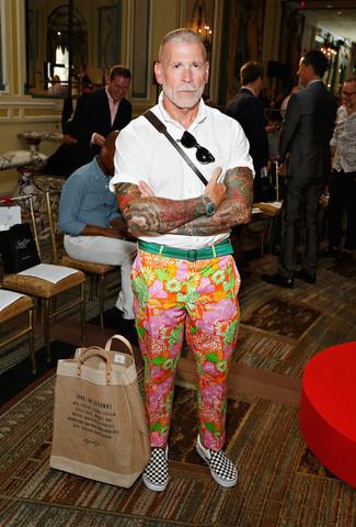 Cómo combinar: camisa de manga corta blanca, pantalón chino con print de flores en multicolor, zapatillas slip-on de lona a cuadros en negro y blanco, correa de lona verde
