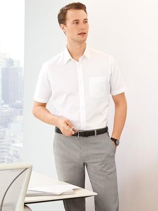 Cómo combinar: camisa de manga corta blanca, pantalón de vestir de tartán gris, correa de cuero negra