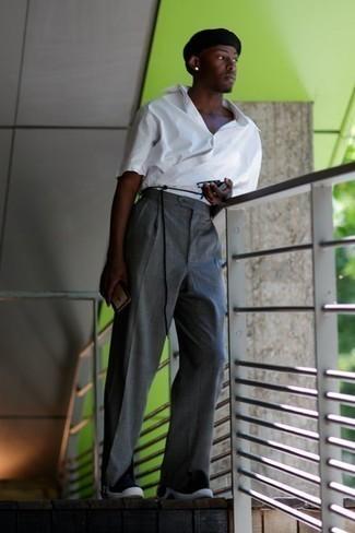 Outfits hombres: Casa una camisa de manga corta blanca con un pantalón de vestir gris para rebosar clase y sofisticación. ¿Quieres elegir un zapato informal? Completa tu atuendo con deportivas en negro y blanco para el día.