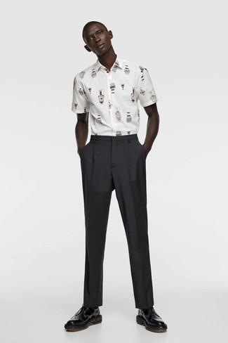 Cómo combinar una camisa de manga corta estampada en blanco y azul: Elige una camisa de manga corta estampada en blanco y azul y un pantalón de vestir negro para lograr un look de vestir pero no muy formal. ¿Te sientes valiente? Opta por un par de zapatos derby de cuero negros.