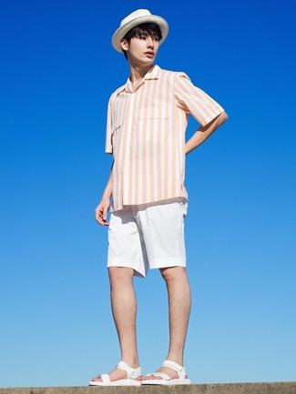 Cómo combinar una camisa de manga corta de rayas verticales blanca: Haz de una camisa de manga corta de rayas verticales blanca y unos pantalones cortos blancos tu atuendo para lidiar sin esfuerzo con lo que sea que te traiga el día. Si no quieres vestir totalmente formal, elige un par de sandalias de cuero blancas.