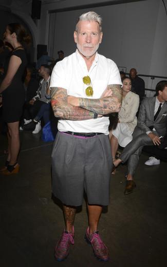 Look de Nick Wooster: Camisa de manga corta blanca, Pantalones cortos grises, Deportivas rosa