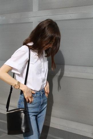 Haz de una camisa de manga corta blanca y unos vaqueros azules tu atuendo para un look diario sin parecer demasiado arreglada.