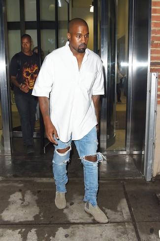 Cómo combinar: camisa de manga corta blanca, vaqueros desgastados celestes, botines chelsea de ante grises