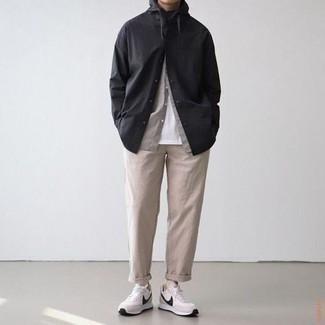Cómo combinar un pantalón chino en beige: Ponte una camisa de manga larga negra y un pantalón chino en beige para conseguir una apariencia relajada pero elegante. Si no quieres vestir totalmente formal, elige un par de deportivas en blanco y negro.