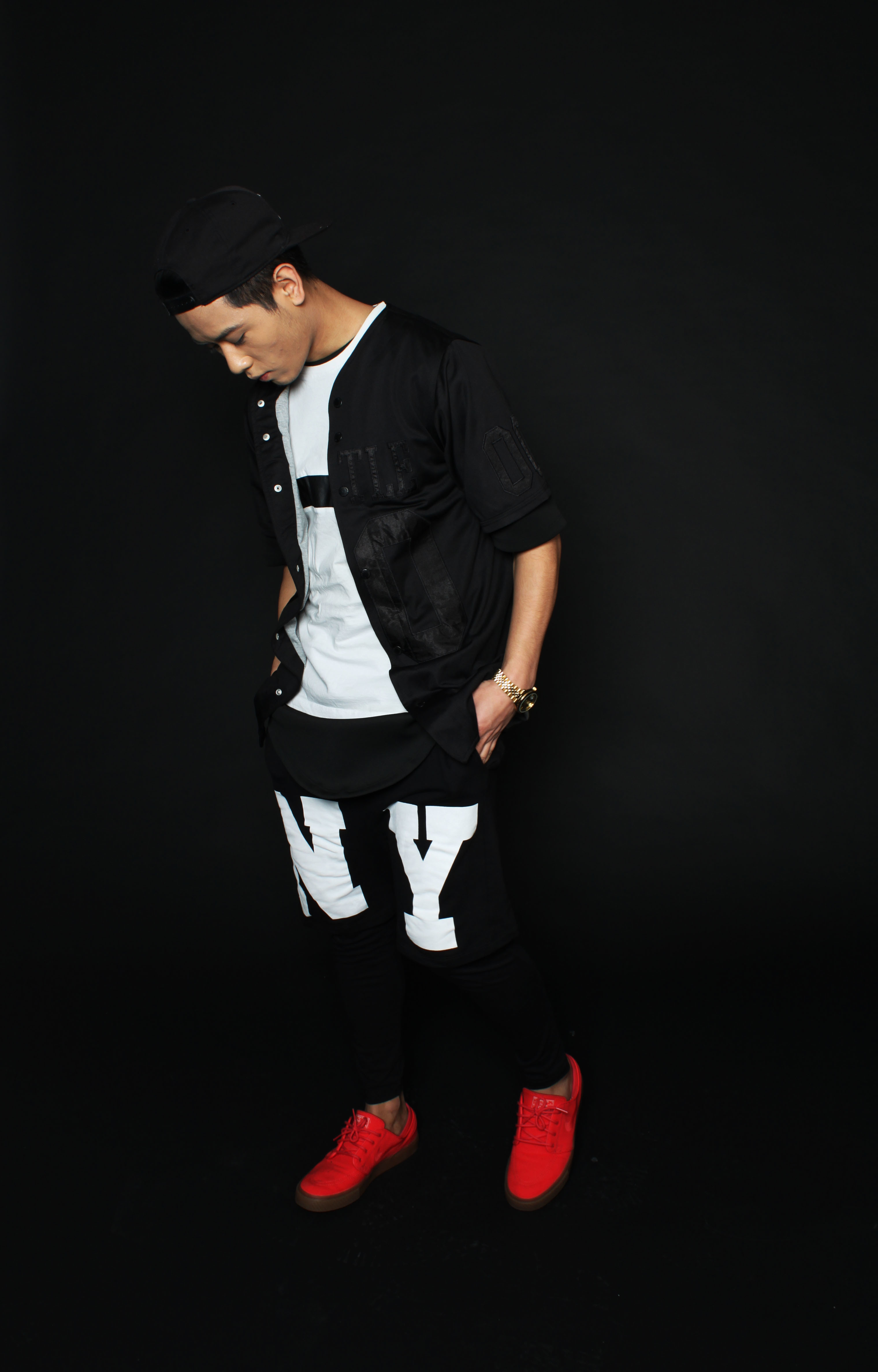 Look de moda Camisa de Manga Corta Negra, Camiseta con Cuello Barco Blanca y