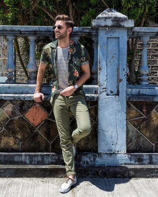 Cómo combinar: camisa de manga corta con print de flores verde oscuro, camiseta con cuello circular de rayas horizontales en blanco y azul marino, pantalón chino verde oliva, tenis de lona blancos