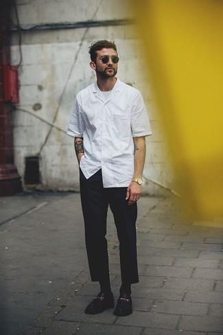 Cómo combinar unas gafas de sol negras: Emparejar una camisa de manga corta de rayas verticales blanca con unas gafas de sol negras es una opción buena para el fin de semana. Mocasín de cuero negro son una forma sencilla de mejorar tu look.
