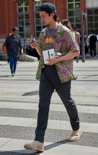 Cómo combinar unos botines chelsea de ante en beige: Elige una camisa de manga corta estampada verde y un pantalón chino en gris oscuro para conseguir una apariencia relajada pero elegante. Con el calzado, sé más clásico y opta por un par de botines chelsea de ante en beige.