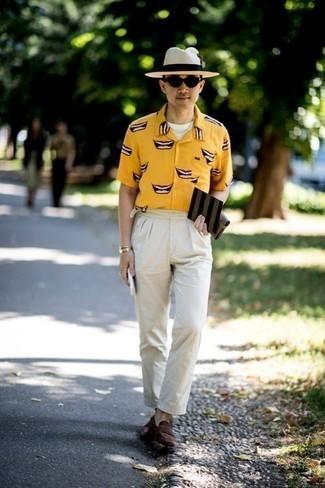 Cómo combinar un sombrero de paja en beige: Considera emparejar una camisa de manga corta estampada amarilla junto a un sombrero de paja en beige transmitirán una vibra libre y relajada. ¿Te sientes ingenioso? Dale el toque final a tu atuendo con mocasín de ante en marrón oscuro.