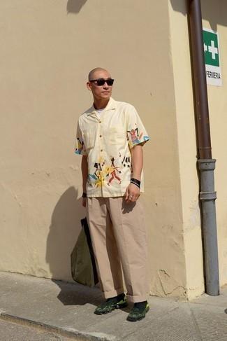Moda para hombres de 40 años estilo casuale: Considera ponerse una camisa de manga corta estampada amarilla y un pantalón chino marrón claro para conseguir una apariencia relajada pero elegante. Deportivas verde oscuro darán un toque desenfadado al conjunto.