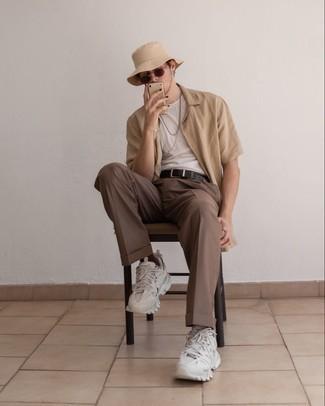 Cómo combinar una camisa de manga corta marrón claro: Elige una camisa de manga corta marrón claro y un pantalón chino marrón para conseguir una apariencia relajada pero elegante. ¿Quieres elegir un zapato informal? Elige un par de deportivas blancas para el día.