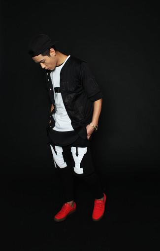 Cómo combinar: camisa de manga corta negra, camiseta con cuello circular en blanco y negro, pantalón de chándal estampado en negro y blanco, tenis rojos