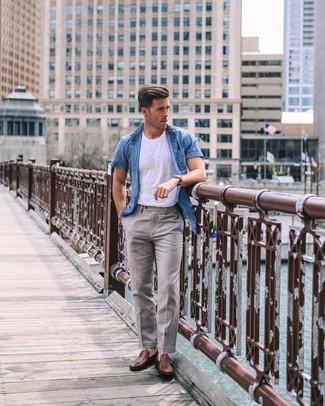 Cómo combinar: camisa de manga corta de cambray azul, camiseta con cuello circular blanca, pantalón de vestir de lino gris, mocasín de cuero marrón