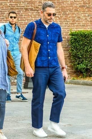 Cómo combinar un pantalón de vestir azul marino: Considera emparejar una camisa de manga corta estampada azul con un pantalón de vestir azul marino para el after office. Si no quieres vestir totalmente formal, haz zapatillas altas de lona blancas tu calzado.