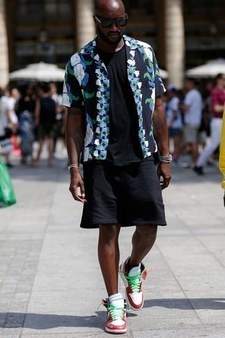 Outfits hombres: Ponte una camisa de manga corta con print de flores azul marino y unos pantalones cortos deportivos negros transmitirán una vibra libre y relajada. Zapatillas altas de cuero en blanco y rojo son una opción excelente para complementar tu atuendo.