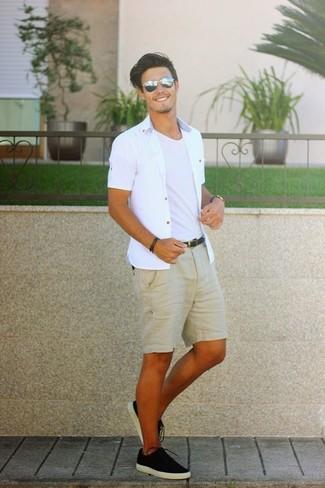 Cómo combinar: camisa de manga corta blanca, camiseta con cuello circular blanca, pantalones cortos marrón claro, tenis de lona negros