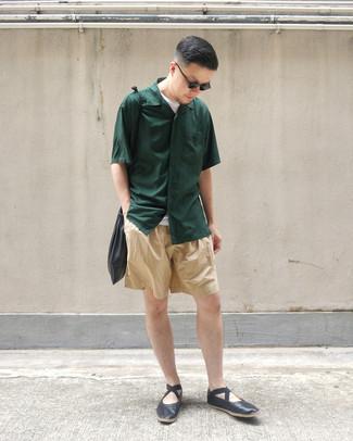 Cómo combinar: camisa de manga corta verde oscuro, camiseta con cuello circular blanca, pantalones cortos marrón claro, mocasín de cuero negro